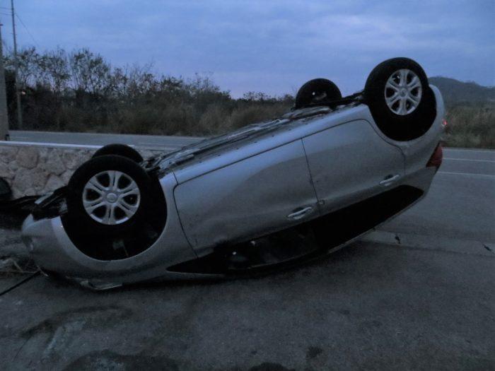 台風で転倒した車