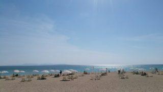 パラソルが並ぶ白砂のビーチ