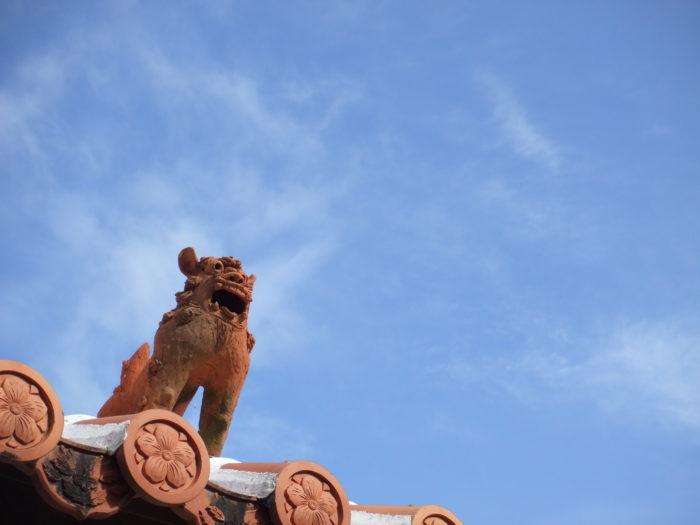 赤瓦の屋根の上のシーサー