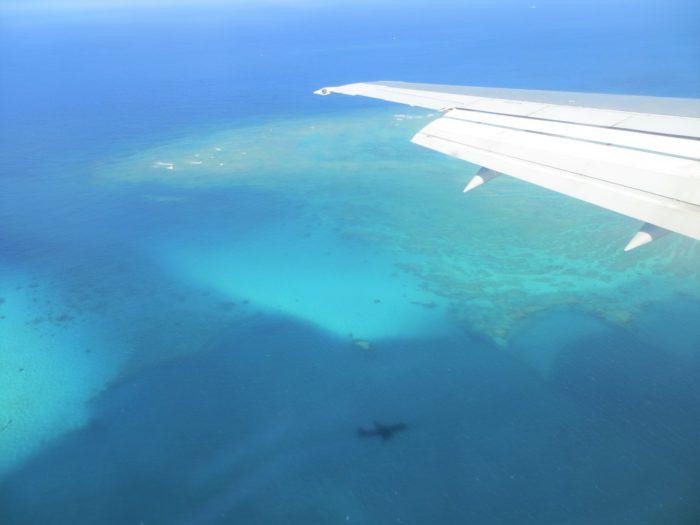 海に映る飛行機の影