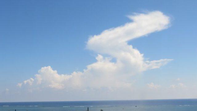 青空に浮かぶ大きな竜のような雲